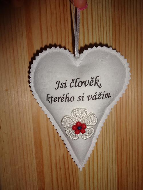 Šitá dekorativní srdíčka s nápisem na přání