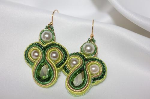 Sutaškované smaragdové náušnice