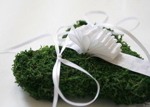 Mechově pod svatební prstýnky - slavnostní SRDCE