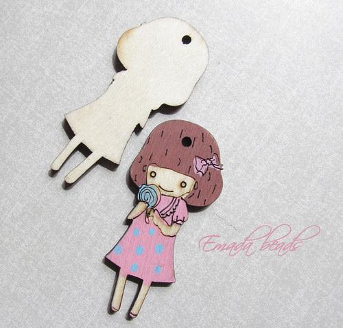 Dřevěný přívěšek, růžová holčička