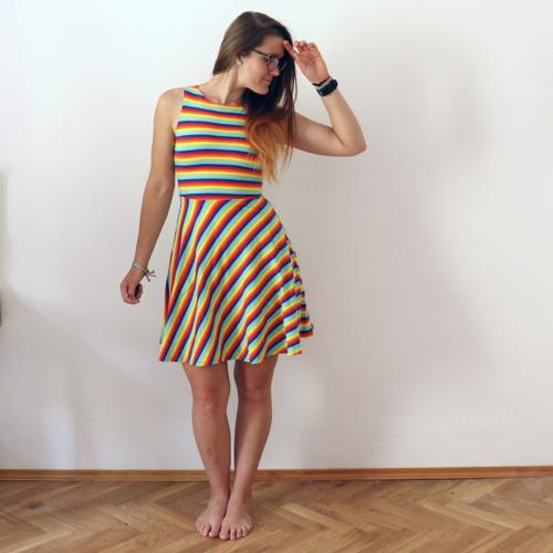 Půlkolové šaty duhové