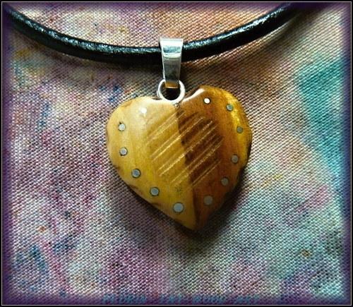 407. Dřevěný náhrdelník SRDÍČKO - HRUŠEŇ
