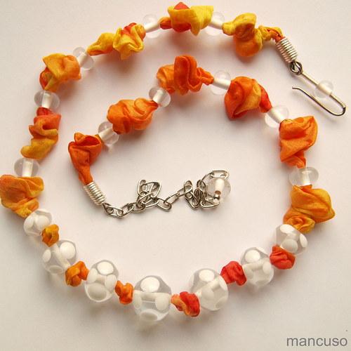 vinutky na oranžovém hedvábí
