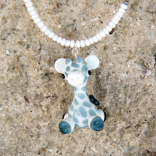 Náhrdelník bílá žirafa - vinutá perle