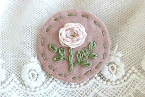 Vyšívaná starorůžová brož - hedvábná krémová růže