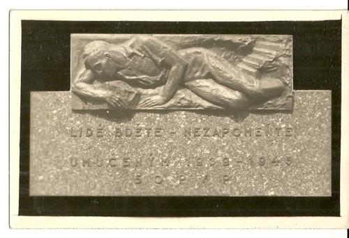 Umělecká pohlednice plastika Umučeným 1939-1945