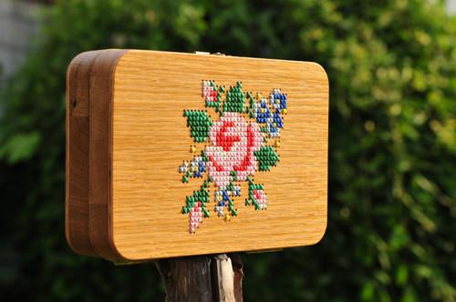 Vyšívané dřevěné psaníčko
