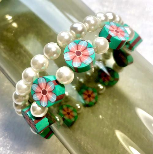 Náramek perlový a zelenkavé sedmikrásky