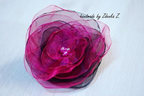 Růžovo - černá brož