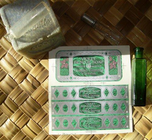 Fialkové mýdlo - secesní nálepka