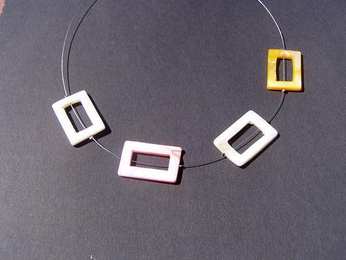 světlý náhrdelník