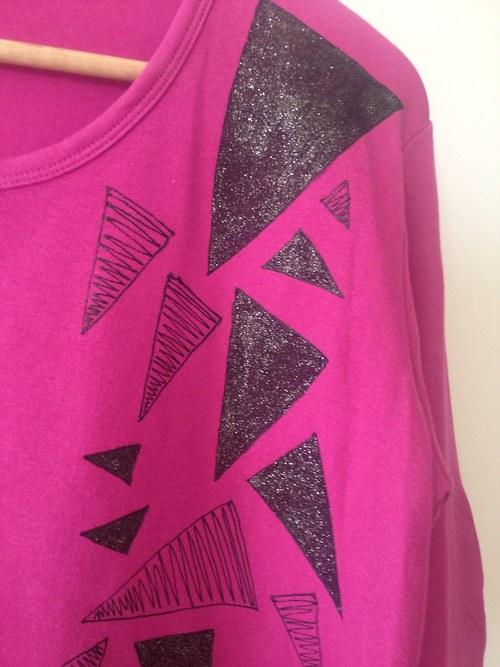 Triko tmavě růžové s trojúhelníky