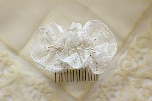 Svatební květy s bílou vintage krajkou