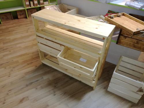 Dřevěný regálek