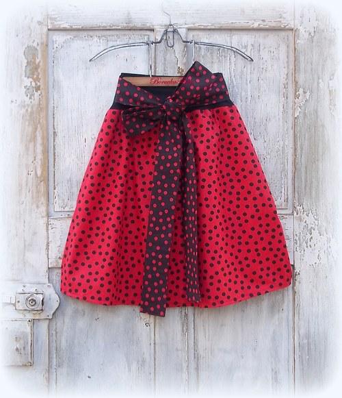 Červená s černými puntíky
