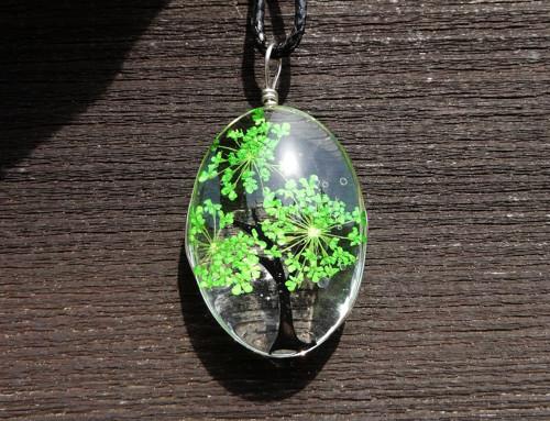 Ovál se zeleným stromkem z kvítků