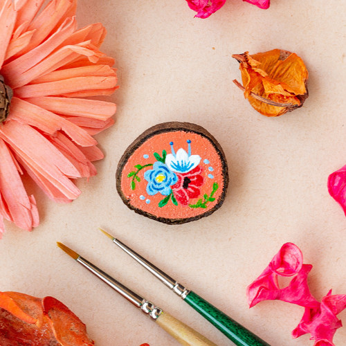 Ručně malovaná brož s květy - meruňková