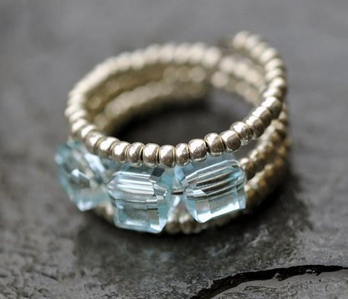 Prstýnek - světle modré korálky - pamětový drát