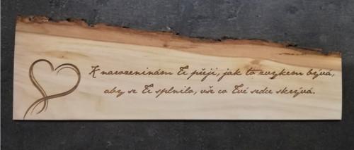 Dřevěná destička s gravírovaným textem