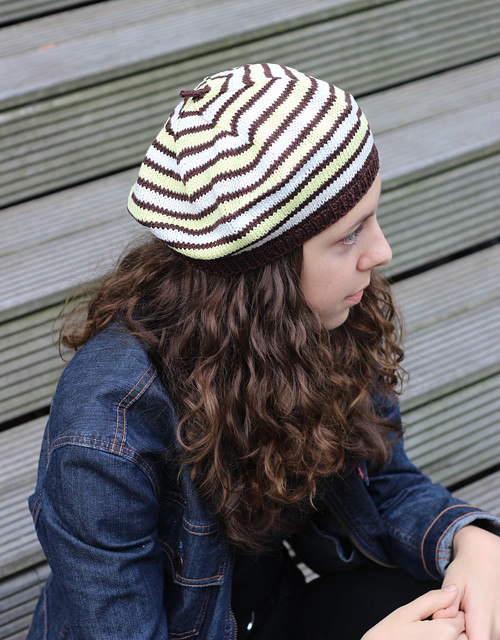 pletený baret č. 445 hnědobíložlutý, sleva 30%