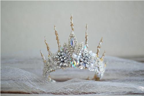 třpytivá koruna zdobená štrasem a perličkami