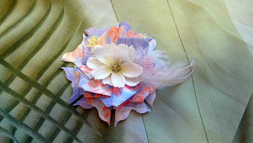 Modrá kytička s bílým květem a peříčky