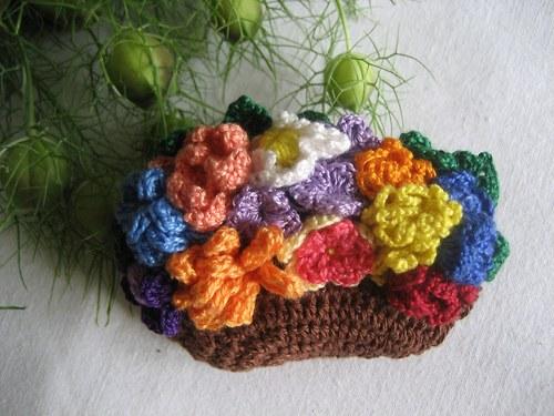 Rozkvetlý košíček- háčkovaná brož