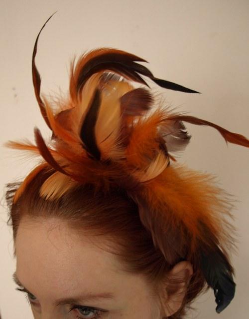 Slavnostní fascinátor oranžovohnědý