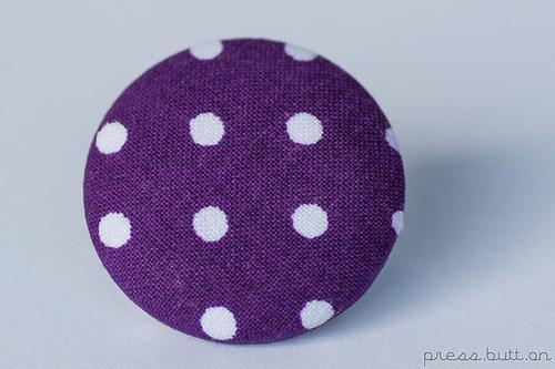Purpurová brož s puntíky