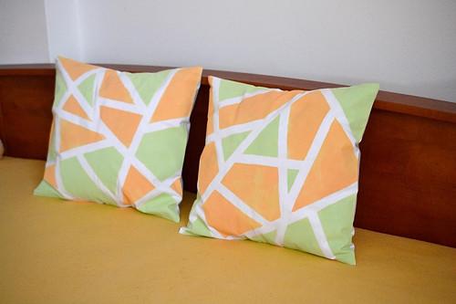 Oranžovo-zeleno-bílý polštářek