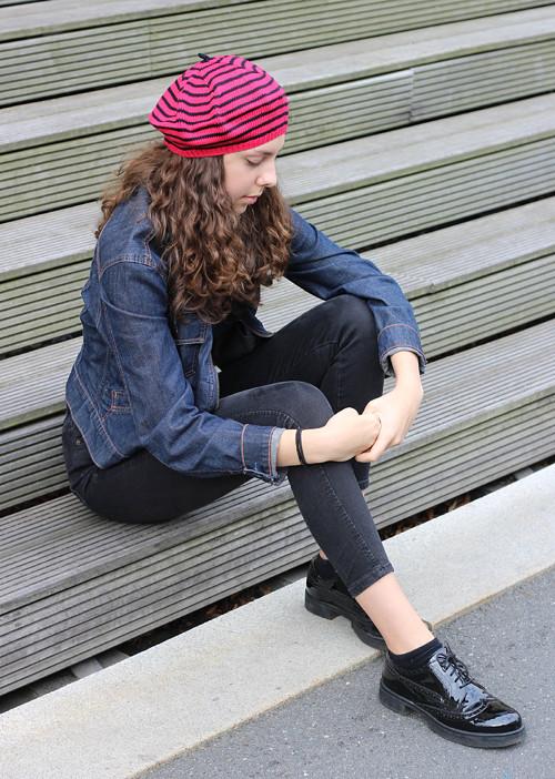 pletený baret červenočerný  č. 458 sleva 30%
