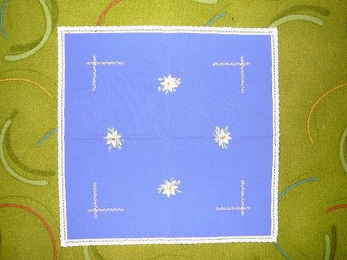 Vánoční vyšívaný ubrus s paličkovanou krajkou