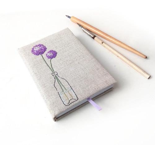 Vyšívaný zápisník Květy cibule - A6