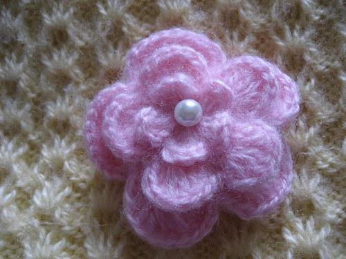 Háčkovaná brož - růžová s bílou perličkou