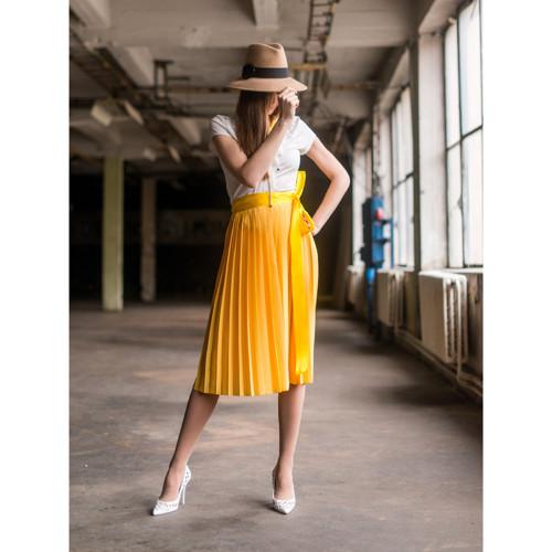 Žlutá plisovaná sukně
