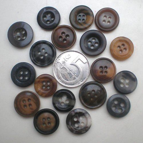 18 malých knoflíčků