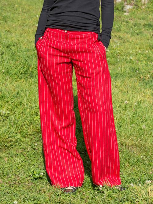 červené lněné kalhoty