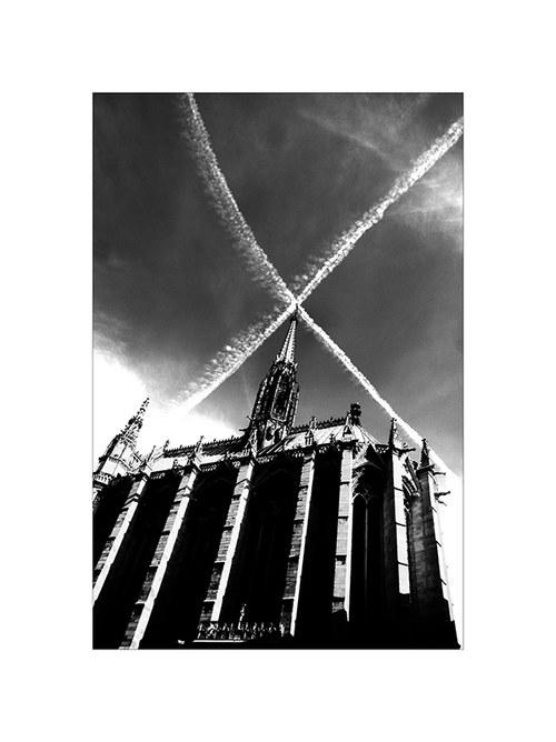 Paříž - Kostel s křížem v oblacích