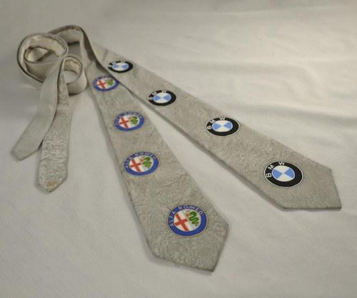 Hedvábná kravata se znaky aut