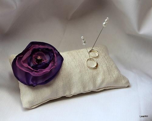 Polštářek pod prstýnky - šampaň + fialový květ