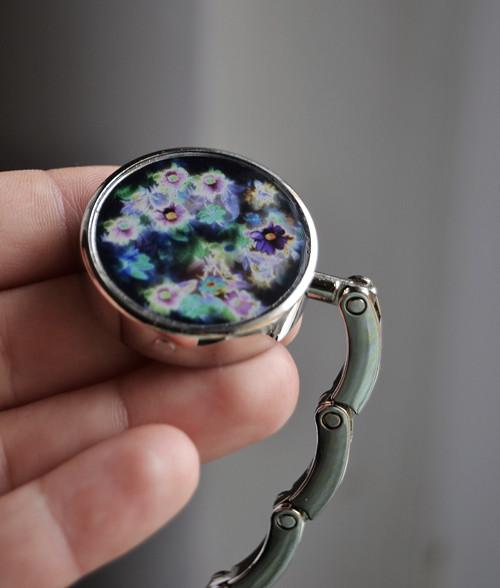 Háček na kabelku tmavé květiny