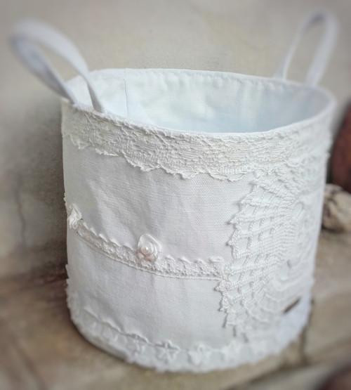 Bílý textilní košík ve stylu shabby chic