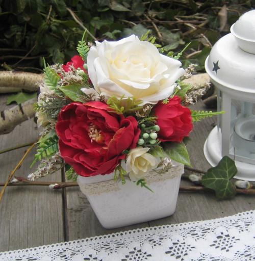 Růže v objetí pivoněk..
