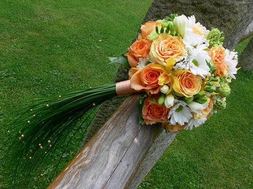 Lososovo bílá - kulatá kytice s ohonem