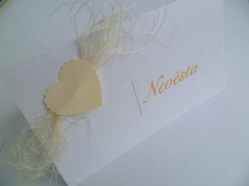 jmenovky na svatební stůl bílosmetanové