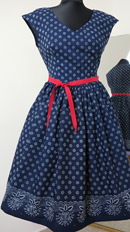 šaty modrotiskové, řasená sukně, bordura