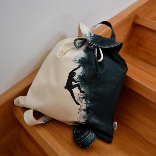 Plátěný batikovaný batůžek s černým horolezcem