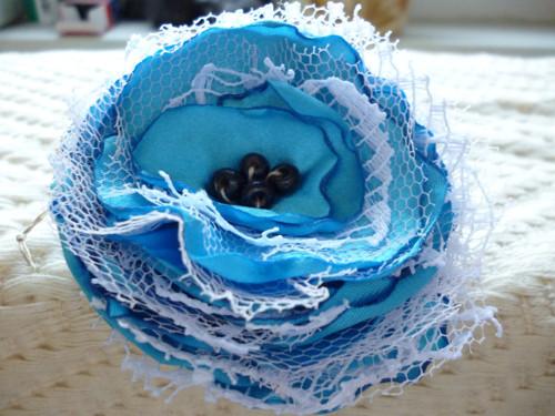 Textilní brož s krokodýlkem v modré