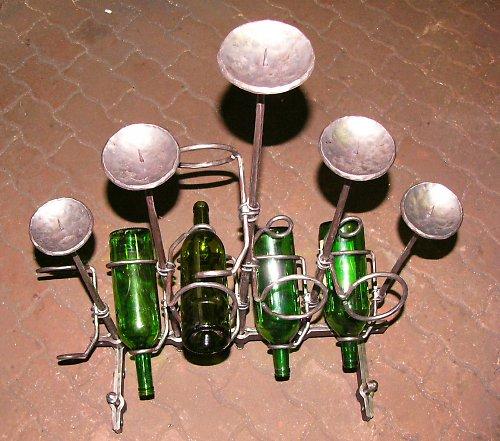Kovaný svícen s držáky na víno