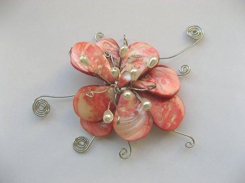 Perleťová květina s perlami
